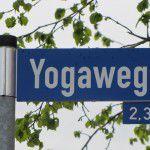 Beschreibung: Bad Meinberger Bürgermeister Herr Block und Sukadev weihen den Yogaweg ein