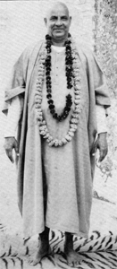 Swamili mit Blumengirlanden an seinen Geburtstag