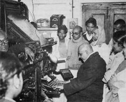 Swamiji an der Bedienungstastatur