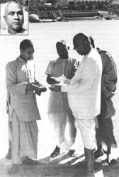 Mit den Swamis Paramananda (kleines Foto) und Venkatesananda