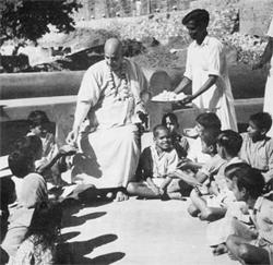 Swami verteilt Prasad mit Liebe