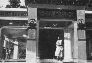 Swami vor dem Tempel